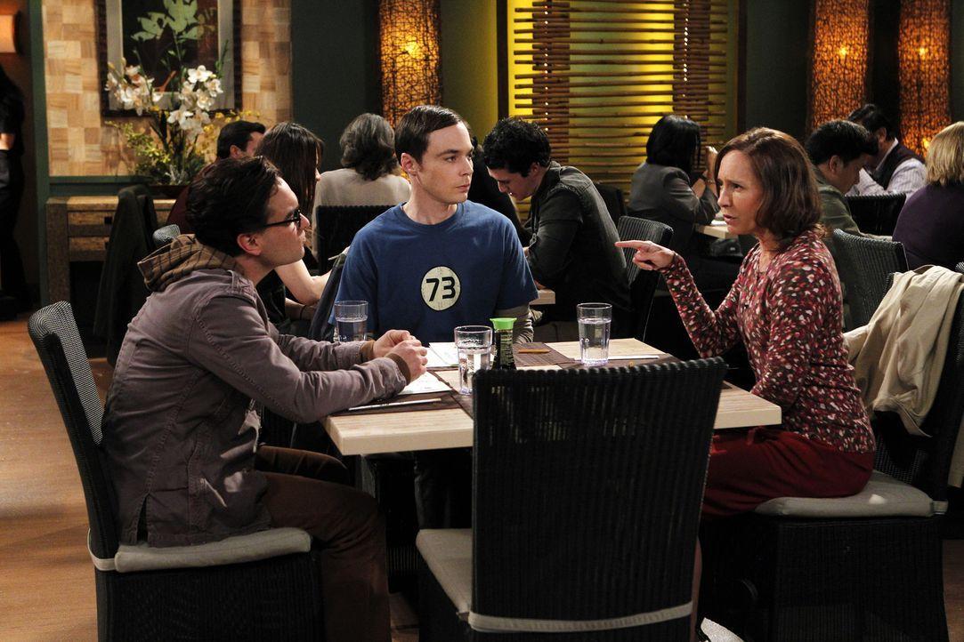 Ein ganz besonderer Abend: Sheldon (Jim Parsons, M.),  Mary (Laurie Metcalf, r.) und Leonard (Johnny Galecki, l.) ... - Bildquelle: Warner Bros. Television