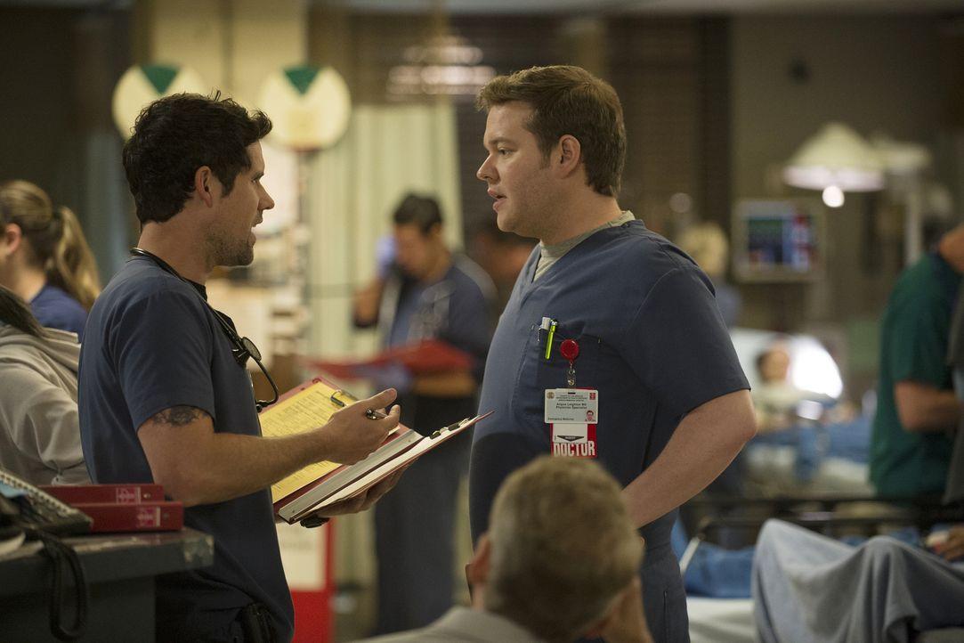 Mario (Ben Hollingsworth, l.) freundet sich mit einem Patienten an. Doch als er feststellt, dass sein Patient HIV hat, macht sich Panik in dem junge... - Bildquelle: Neil Jacobs 2015 American Broadcasting Companies, Inc. All rights reserved.