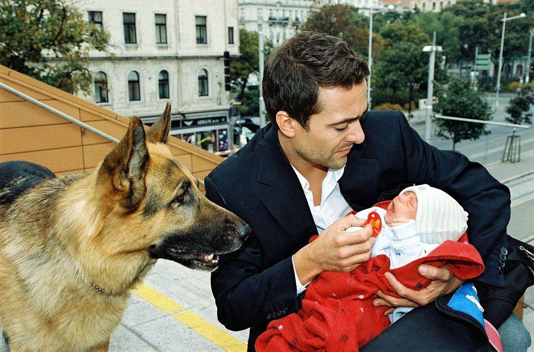 Marc (Alexander Pschill) hat sein Leben riskiert, um ein Baby zu retten. - Bildquelle: Ali Schafler Sat.1