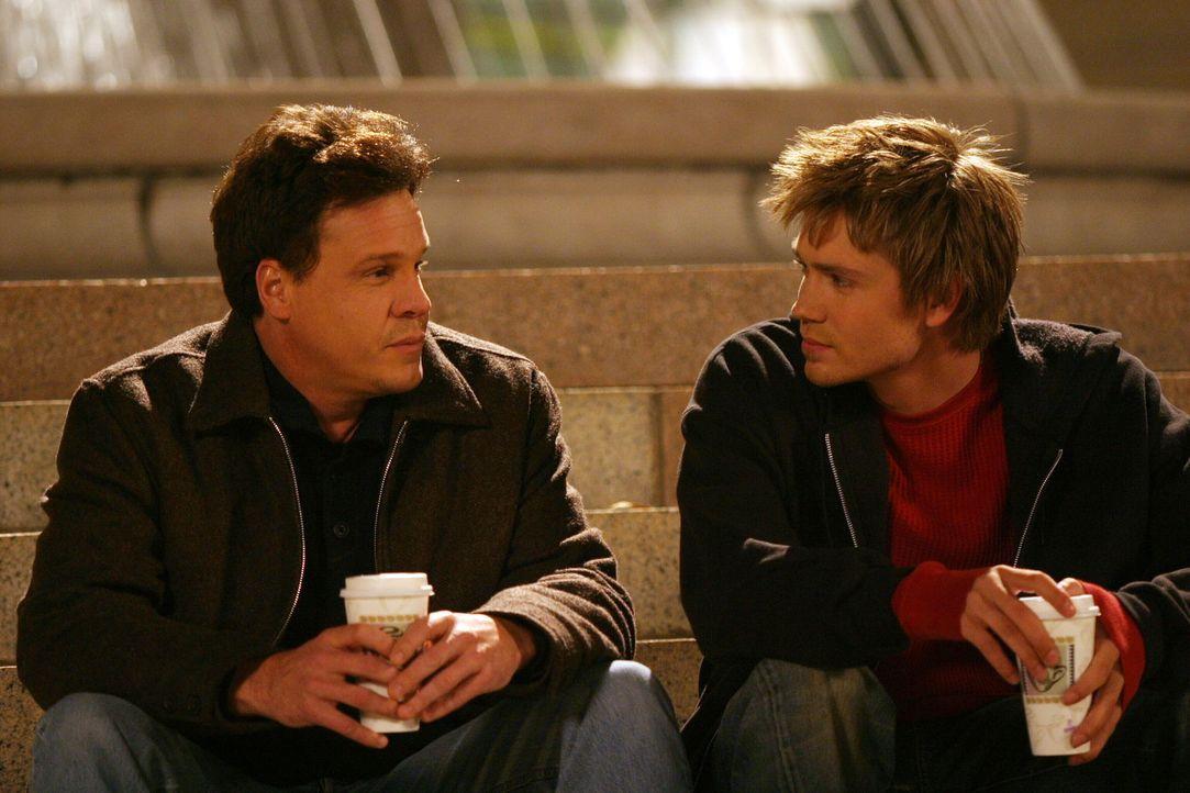Nicht nur Lucas (Chad Michael Murray, r.) ist über das plötzliche Auftauchen von Keith (Craig Sheffer, l.) erfreut. Auch Karen will ihre Gefühle... - Bildquelle: Warner Bros. Pictures