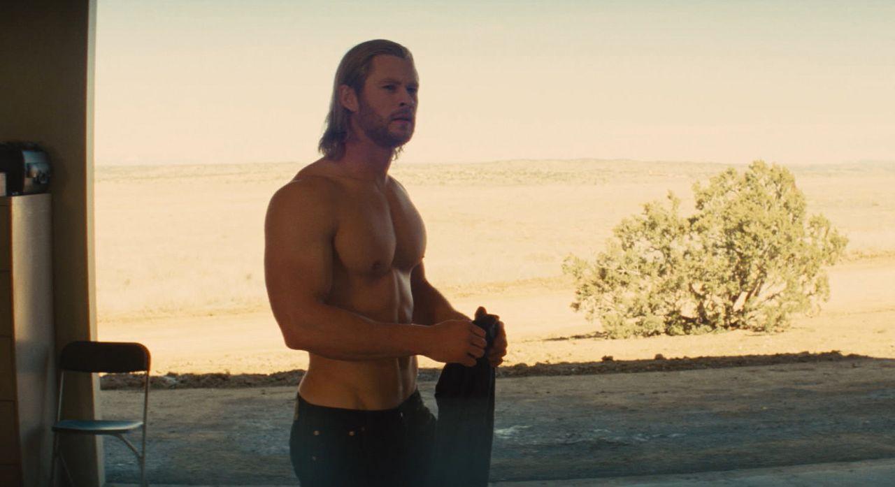 Als verletzlicher Mensch landet Thor (Chris Hemsworth) auf der Erde, um seiner Rolle als Thronfolger gerecht zu werden. Für ihn als ehemaliger Gott... - Bildquelle: 2011 MVLFFLLC. TM &   2011 Marvel. All Rights Reserved.