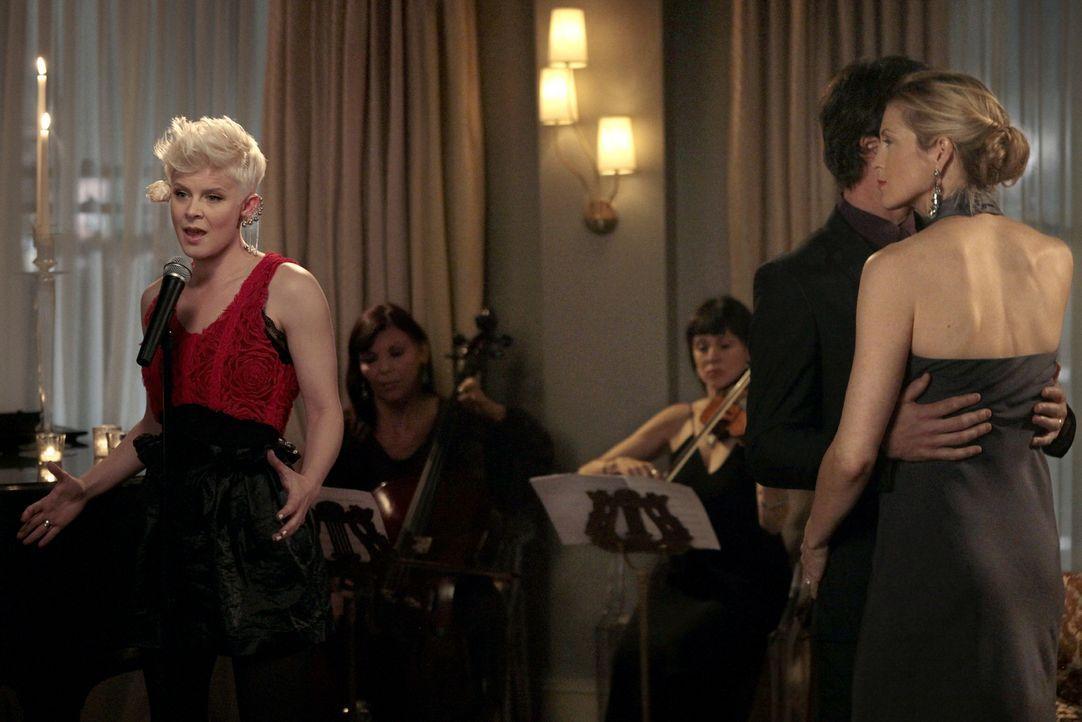 Blair hat Geburtstag und feiert im großen Stil mit Robyn (Robyn, l.) live auf ihrer Party ... - Bildquelle: Warner Bros. Television