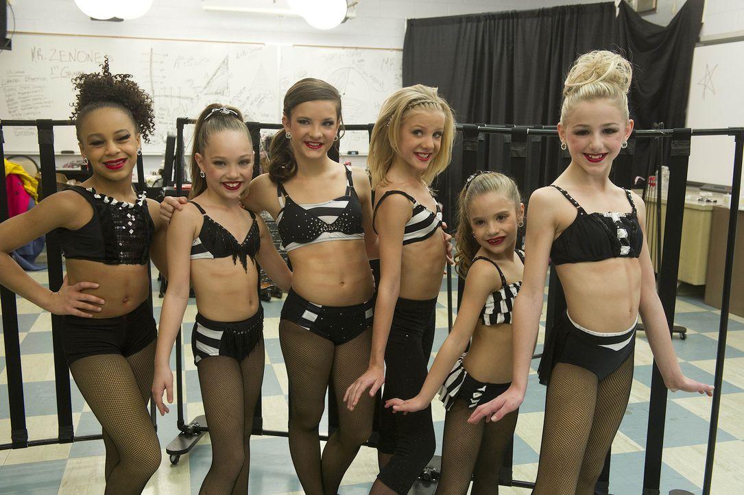 Müssen sich gegen starke Gegner behaupten: Nia (l.), Maddie (2.v.l.), Brooke (3.v.l.), Paige (3.v.r.), Maddie (2.v.r.) und Chloe (r.) ... - Bildquelle: 2012 A+E Networks
