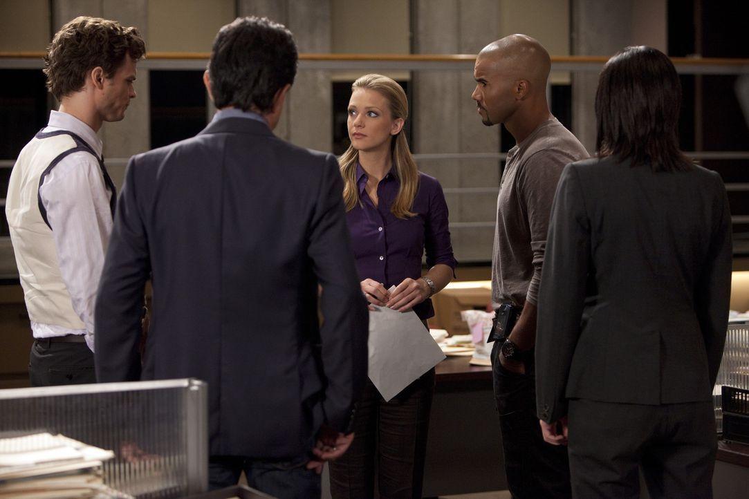 Während JJ (A.J. Cook, M.) sich damit auseinandersetzen muss, das BAU-Team zu verlassen, müssen Reid (Matthew Gray Gubler, l.), Rossi (Joe Mantegn... - Bildquelle: Touchstone Television