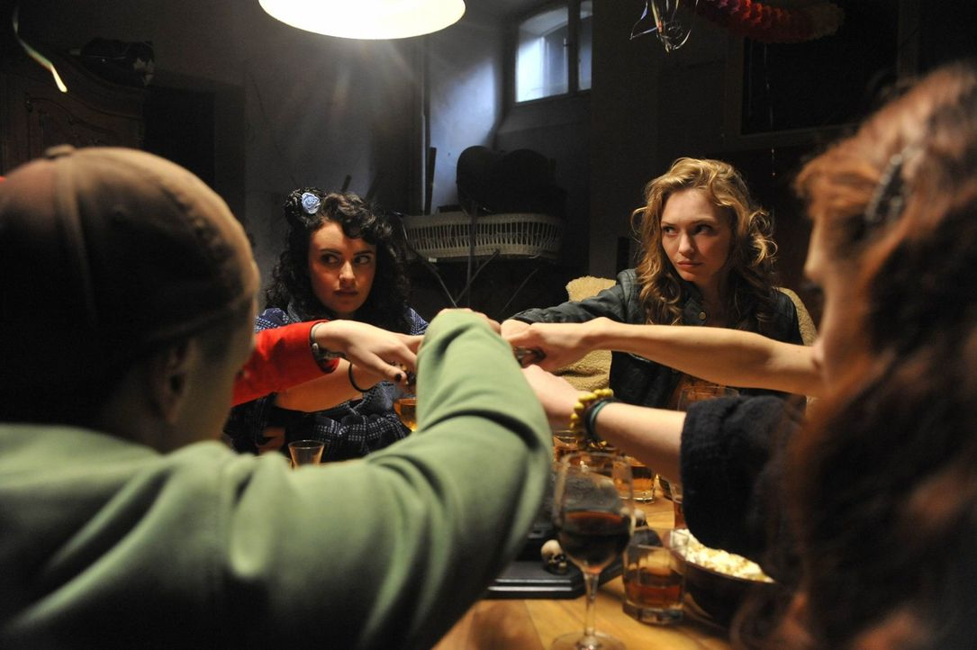 Gemeinsam mit Jugendlichen aus Selmen versucht Kirsten (Eleanor Tomlinson, 2.v.r.), den Geist zu beschwören, der für den Tod der veilen jungen Mä... - Bildquelle: Ibra Ibrahimovic ProSieben