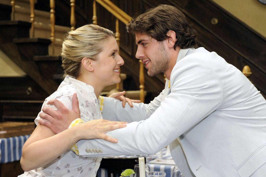 Begeistert von ihrem beruflichen Engagement, will Jonas (Roy Peter Link, r.) Anna (Jeanette Biedermann, l.) spontan umarmen... - Bildquelle: Sat.1