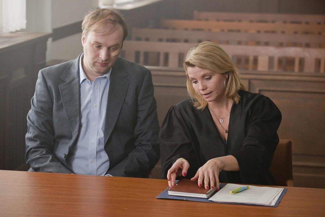 Mit großem Einsatz versucht Danni (Annette Frier, r.) Herrn Schöller (Stephan Grossmann, l.) zu helfen. Doch wird sie Erfolg haben? - Bildquelle: SAT.1