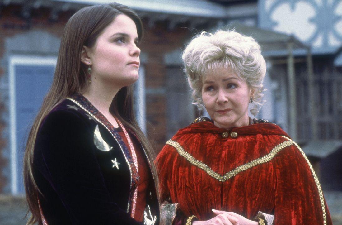 Nach und nach entdecken Marnie (Kimberly J. Brown, l.) und ihre Großmutter Aggie (Debbie Reynolds, r.), dass auf Halloweentown ein böser Zauber li... - Bildquelle: DISNEY