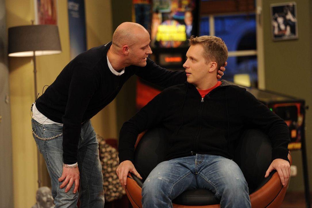Jürgen (l.) gibt Olli (r.), der unbedingt berühmt werden möchte, wichtige Tipps ... - Bildquelle: Willi Weber SAT.1