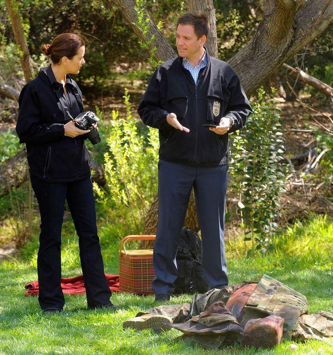 Nach einem Mord an einem Marine reisen Tony (Michael Weatherly, r.) und Ziva (Cote de Pablo, r.) nach Kolumbien um den Mörder zu finden ... - Bildquelle: 2012 CBS Broadcasting Inc. All Rights Reserved.