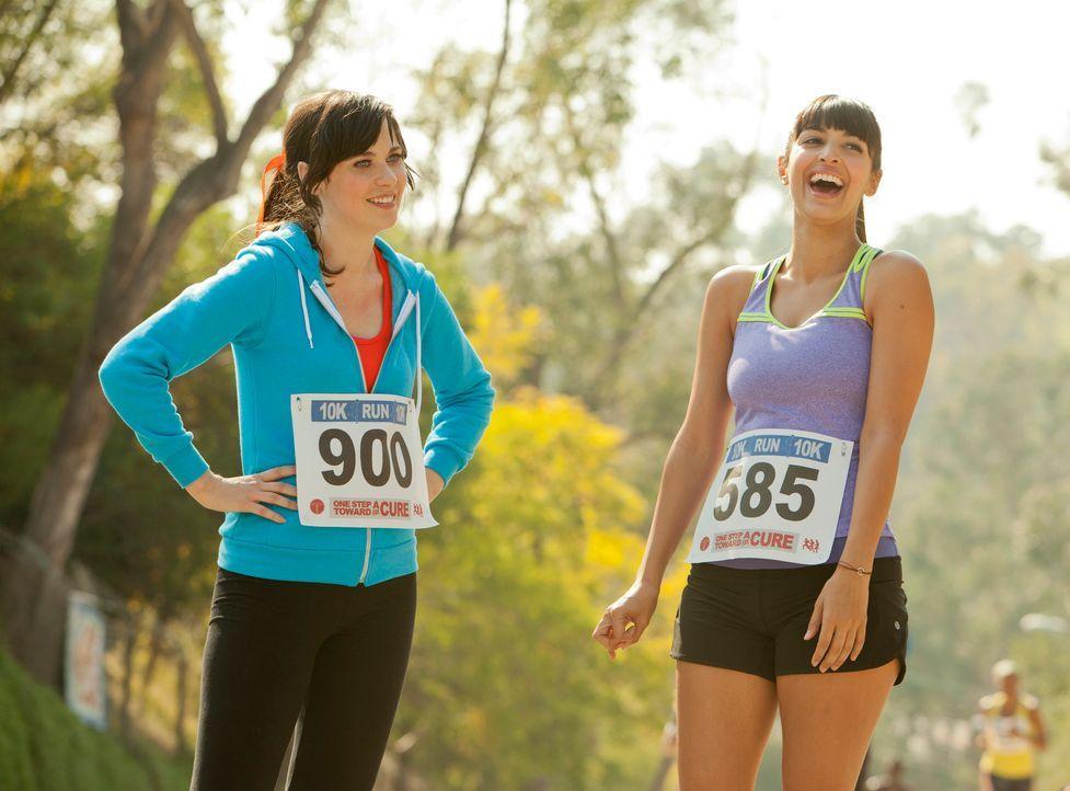Während des Trainings für einen Marathon entdeckt Jess (Zooey Deschanel, l.), dass Cece (Hannah Simone, r.) ein Geheimnis vor ihr hat, und die Freun... - Bildquelle: 20th Century Fox