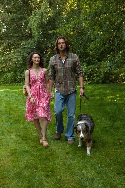 Nachdem Sam (Jared Padalecki, r.) das einfache Leben gekostet und in Amelia (Liane Balaban, l.) eine perfekte Frau gefunden hat, kommt ihm die Jagd... - Bildquelle: Warner Bros. Television