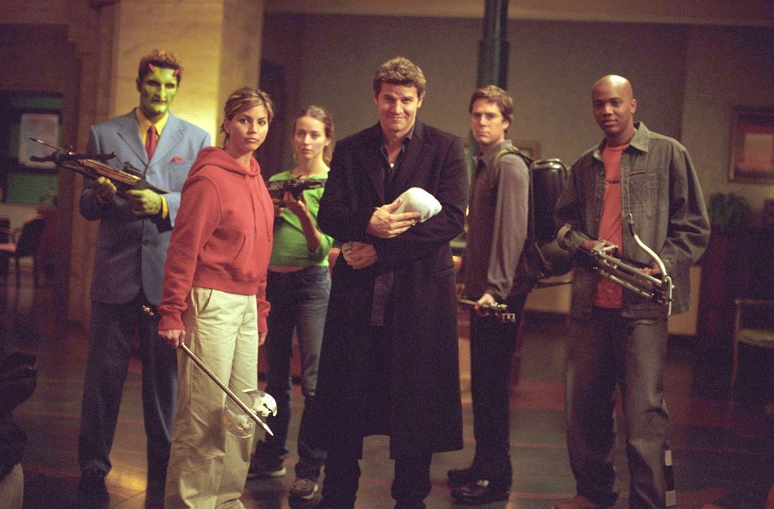 Die Freunde, Lorne (Andy Hallett, l.), Cordelia (Charisma Carpenter, 2.v.l.), Fred (Amy Acker, 3.v.l.), Gunn (J. August Richards, 2.v.r.) und Wesley... - Bildquelle: 20th Century Fox. All Rights Reserved.