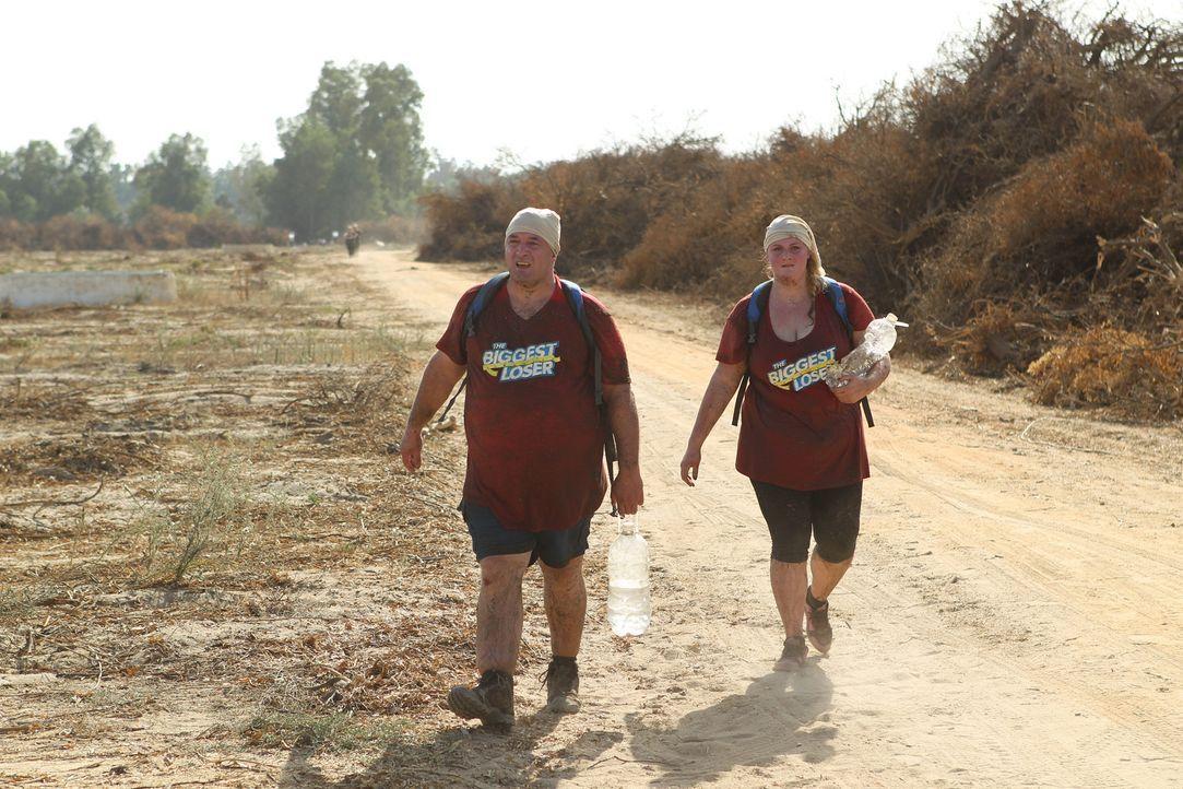 Statt sich in den komfortablen Produktionsbussen ins Biggest-Loser-Camp chauffieren zu lassen, müssen Anastasia (r.) und Kevin (l.) einen 5 km lange... - Bildquelle: Enrique Cano SAT.1