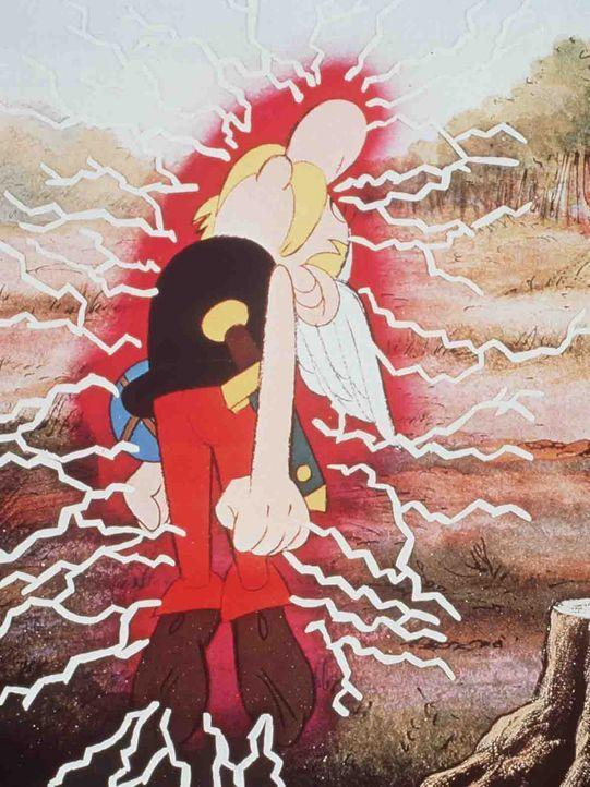 Durch einen Schluck Zaubertrank ist Asterix gleich wieder fit ... - Bildquelle: Jugendfilm-Verleih GmbH