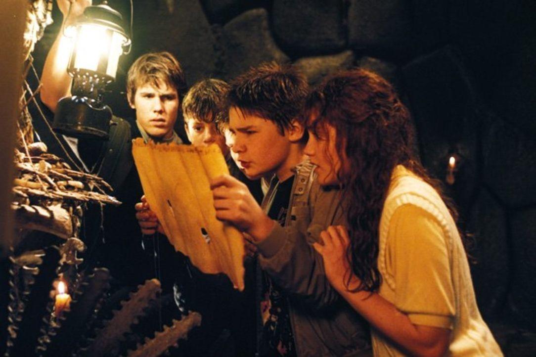 Auf dem Dachboden eines alten Hauses entdecken die Goonies (v.l.n.r.: Josh Brolin, Sean Astin, Corey Feldman, Kerri Green) eine vergilbte Landkarte,... - Bildquelle: Warner Bros.