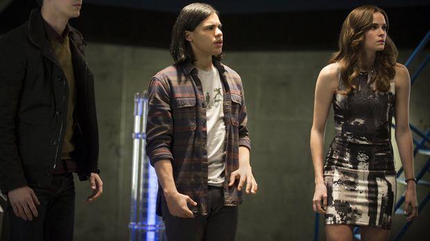 Barry (Grant Gustin, l.), Cisco (Carlos Valdes, M.) und Caitlin (Danielle Pan...