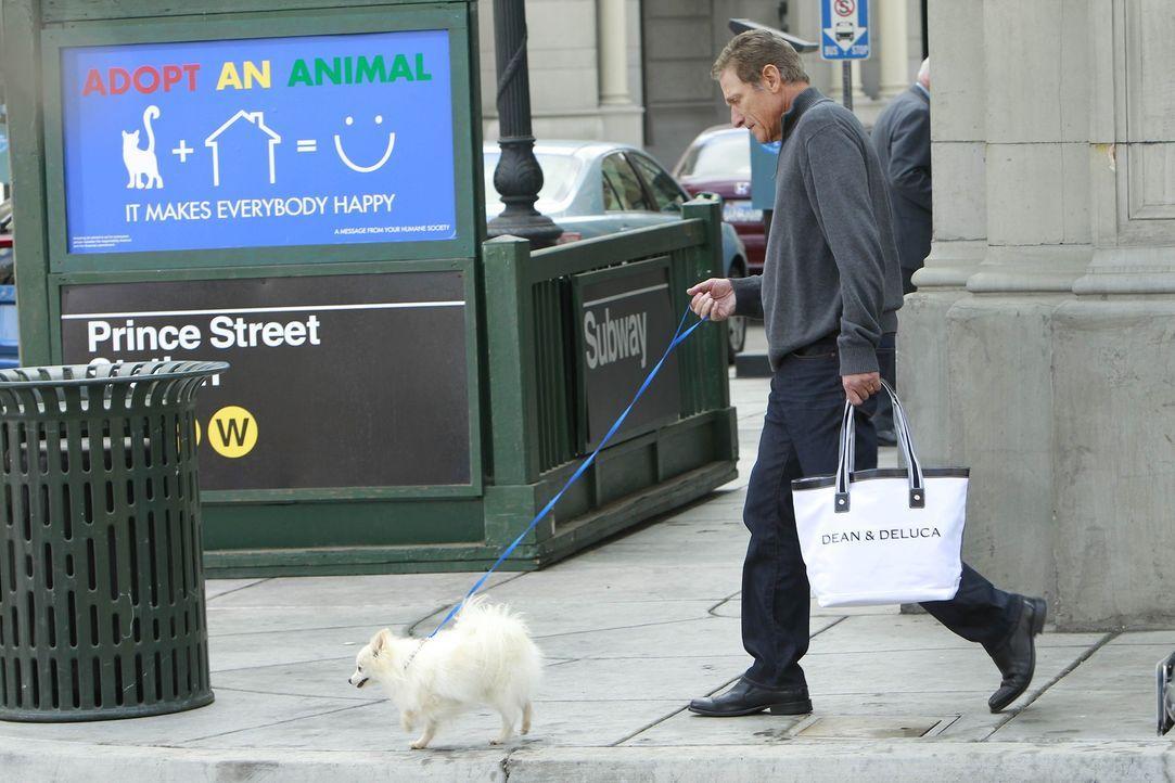 Die Freunde treffen auf der Strasse auf Maury Povich (Maury Povich) ... - Bildquelle: 20th Century Fox International Television