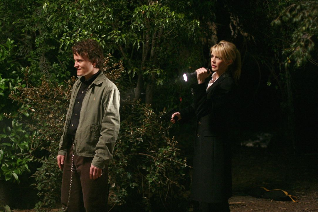 John Smith (Damon Herriman, l.) hat einige Frauen auf dem Gewissen, Lilly (Kathryn Morris, r.) und ihr Team sind auf der Suche nach seinem Motiv und... - Bildquelle: Warner Bros. Television