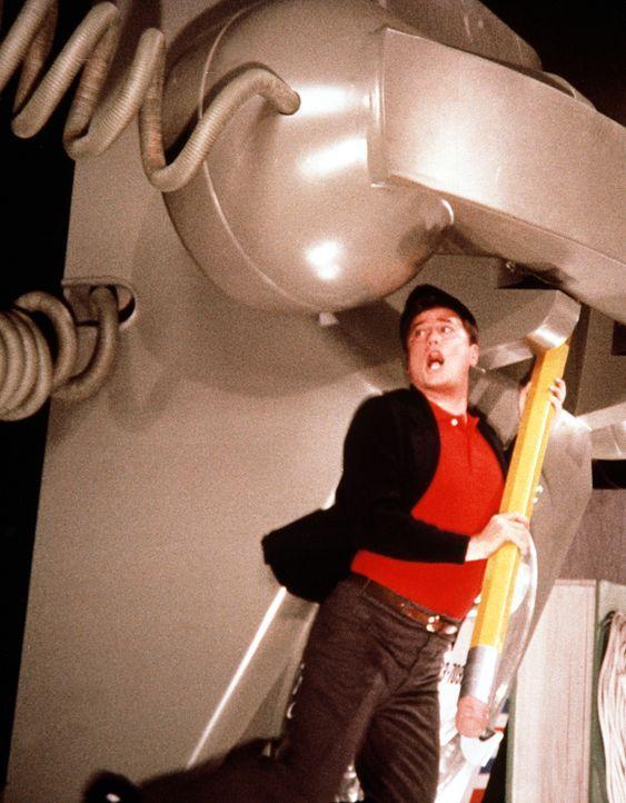 """Seinem """"guten Geist"""" Jeannie hat es Tony (Larry Hagman) zu verdanken, dass er auf Bleistift-Größe geschrumpft ist und nun vor einer hungrigen Katze... - Bildquelle: Columbia Pictures"""