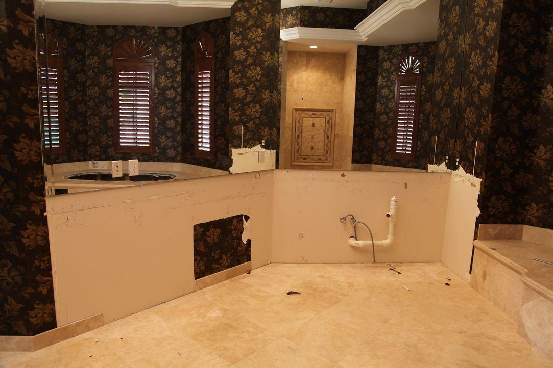 Die Villa ist innen mehr als heruntergekommen. Gelingt es dem Bauteam, das Bad in ein Schmuckstück zu verwandeln, ohne Unmengen an Geld auszugeben? - Bildquelle: 2010, DIY Network/Scripps Networks, LLC.  All Rights Reserved