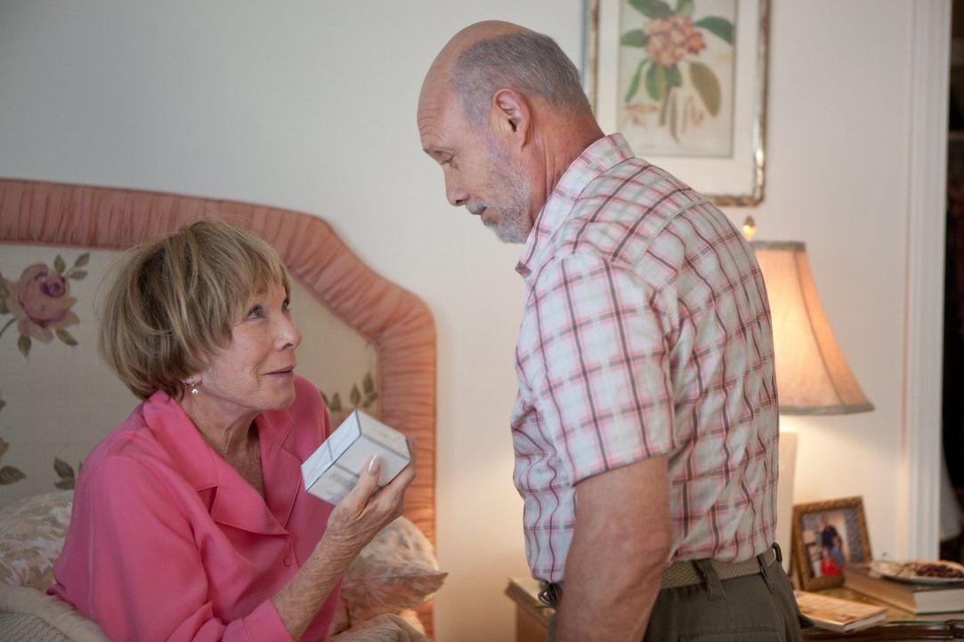 Eine Diskussion über das Sexualleben der jungen Leute heutzutage lässt Estelle (Shirley MacLaine, l.) und Edgar (Hector Elizondo, r.) über ihr eigen... - Bildquelle: 2010 Warner Bros.