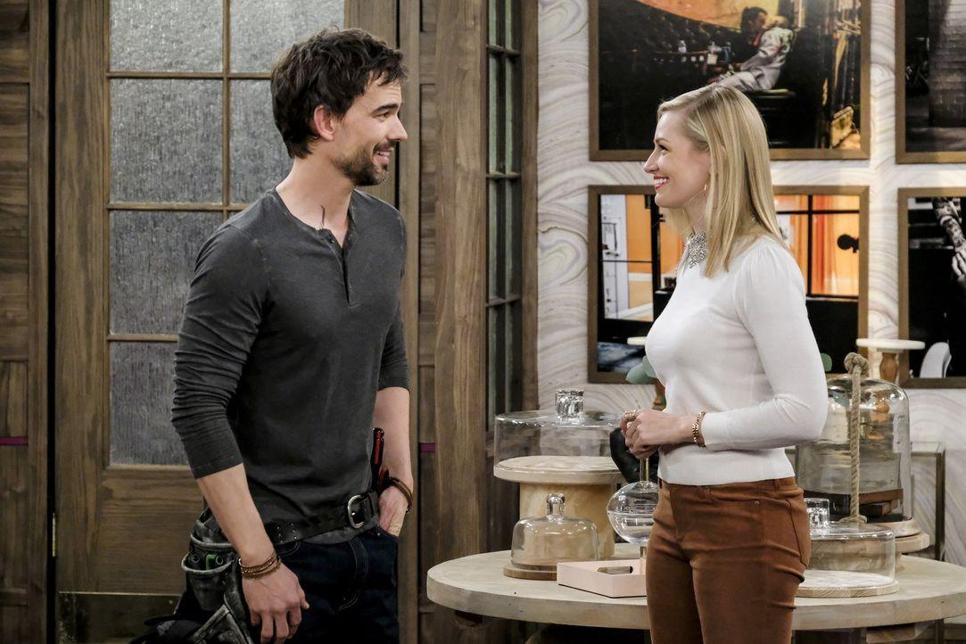 Caroline (Beth Behrs, r.) ist sofort hin und weg, als sie die Umbauten in der Dessert Bar und den Bauleiter Bobby (Christopher Gorham, l.) sieht ... - Bildquelle: Warner Bros. Television