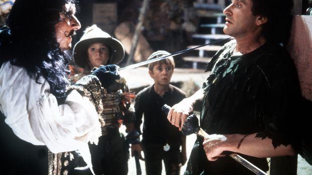 Captain Hook (Dustin Hoffman, l.) will endlich seinen lang gehegten Rachedurs...
