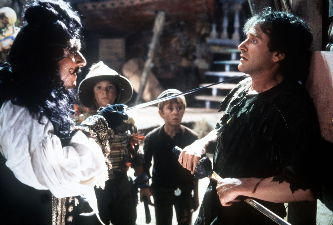 Captain Hook (Dustin Hoffman, l.) will endlich seinen lang gehegten Rachedurst löschen und lockt deshalb seinen Widersacher Peter Pan (Robin Willia... - Bildquelle: Copyright   1991 TriStar Pictures, Inc. All Rights Reserved.