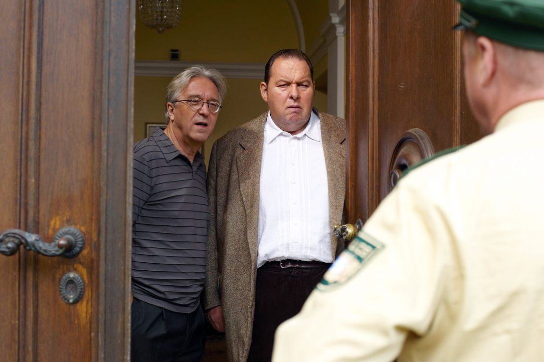 Rambold (Gerd Anthoff, l.) und Benno (Ottfried Fischer, M.) warten in angespannter Atmosphäre auf einen Anruf aus Mallorca, als plötzlich Schmidt (Norbert Mahler, r.) vor der Tür steht ...