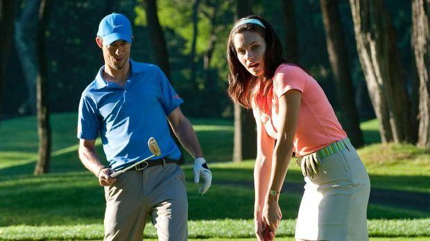 Zusammen mit ihrem Golfpartner Jack O'Malley (Tom Cavanagh, l.) bereitet sich...