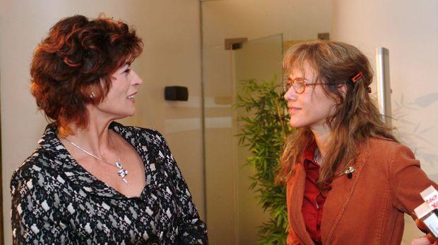 Lisa (Alexandra Neldel, r.) ist verwundert, als Sophie (Gabrielle Scharnitzky...