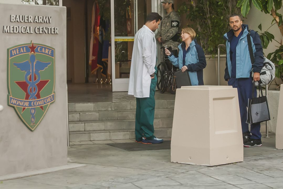 Meredith (Ellen Pompeo, M.), Jackson (Jesse Williams, r.), Bailey, Callie und Jo sollen an einem Veteranen eine riskante Operation an einem Militärk... - Bildquelle: Ron Batzdorff ABC Studios