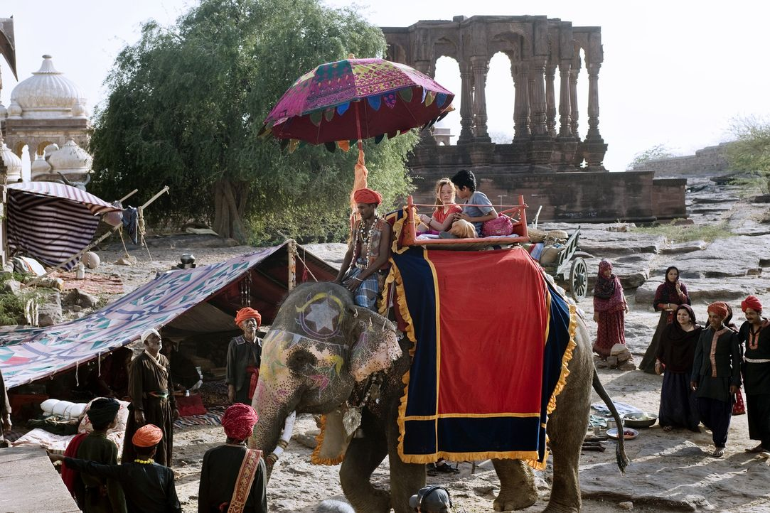 Im beschaulichen Deutschland bekommt Hexe Lilli (Alina Freund) einen Brief aus dem Orient: Der Großwesir Guliman braucht dringend ihre Hilfe ... - Bildquelle: Disney