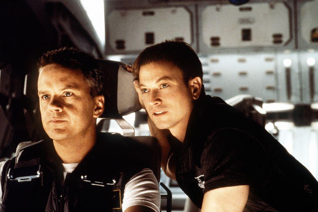 Endlich wird ihr ganz großer Traum wahr: Woody (Tim Robbins, Ml) und Jim (Gary Sinise, r.) sind auf dem Weg zum Mars ... - Bildquelle: Touchstone Pictures