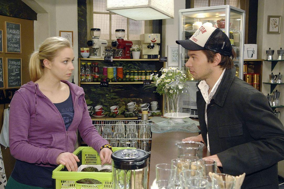 Lily (Jil Funke, l.) erschrickt, als ihr im Coffeeshop plötzlich ein alter Bekannter - Rico (Jannik Büddig, r.) - gegenübersteht. - Bildquelle: Claudius Pflug Sat.1