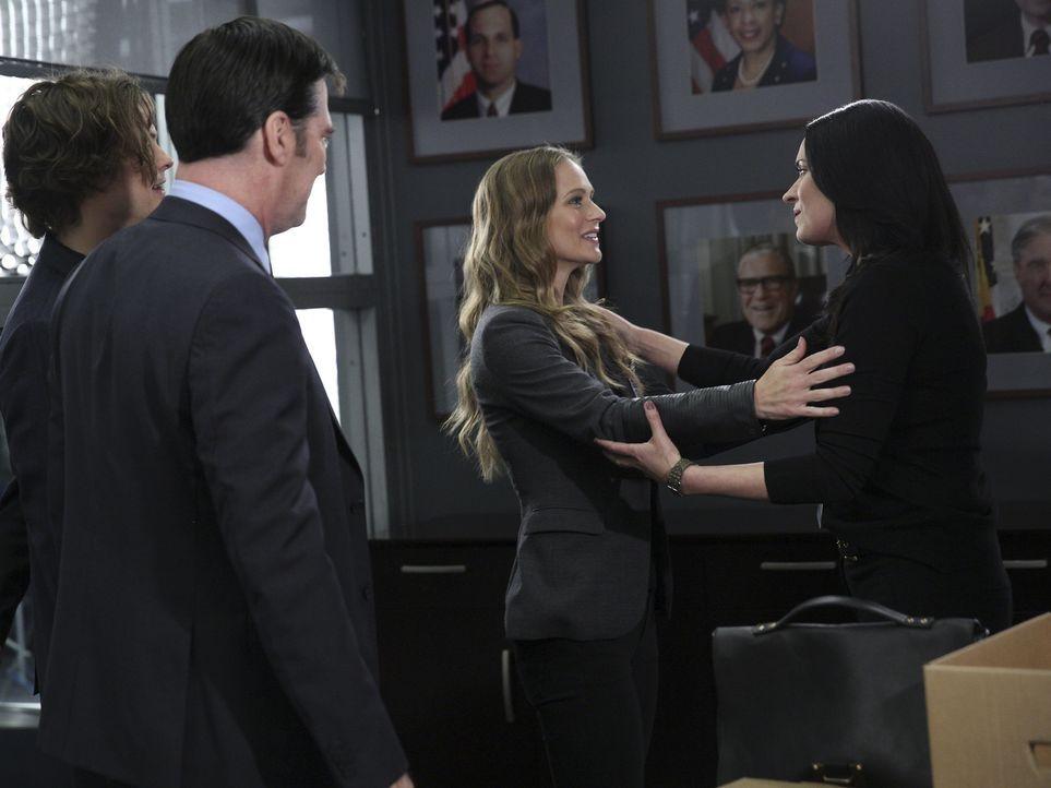 Hotch (Thomas Gibson, 2.v.l.), Reid (Matthew Gray Gubler, l.) und JJ (AJ Cook, 2.v.r.) freuen sich, als Prentiss (Paget Brewster, r.) plötzlich auft... - Bildquelle: Cliff Lipson ABC Studios