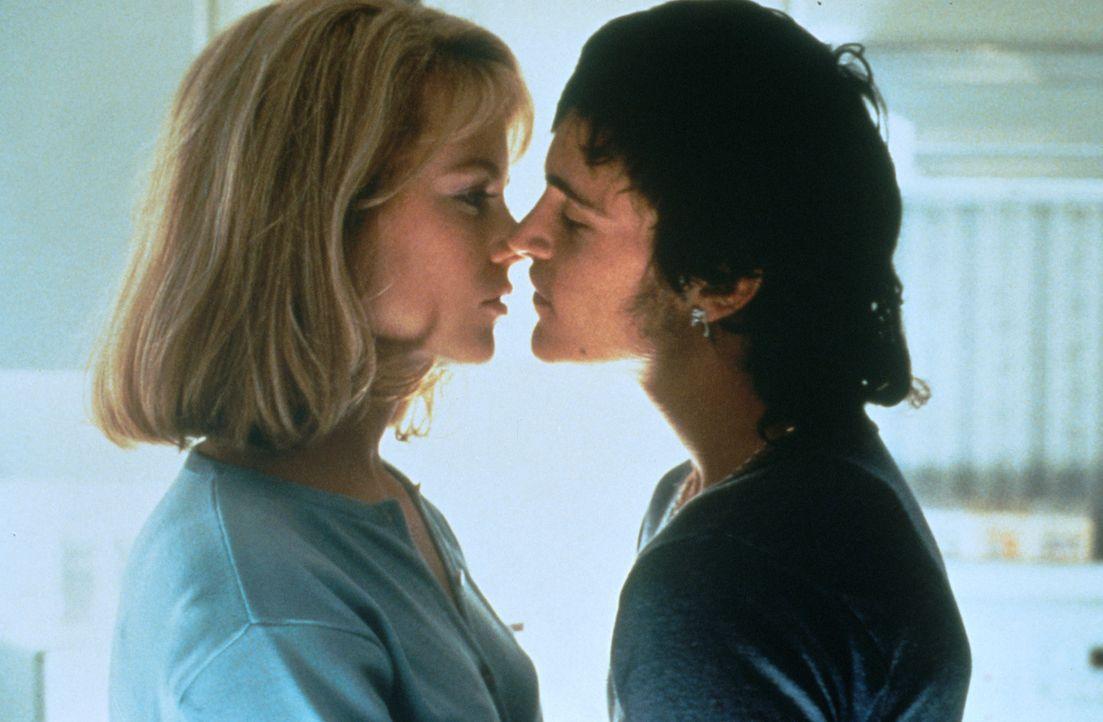 Ihr junger Lover Jimmy (Joaquin Phoenix, r.) soll Suzanne (Nicole Kidman, l.) einen ungewöhnlichen Liebesbeweis erbringen ... - Bildquelle: Columbia Pictures