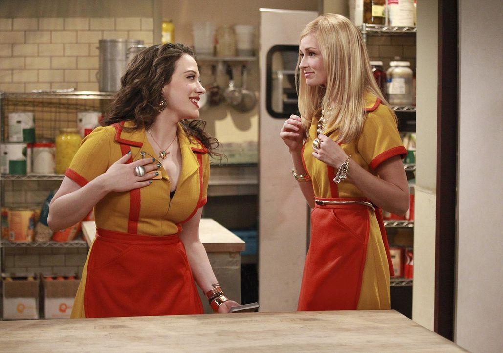 Die hart arbeitende Kellnerin Max (Kat Dennings, l.) versucht, die verarmte Society-Lady Caroline (Beth Behrs, r.) in ihren ersten Job einzuweisen.... - Bildquelle: Warner Brothers