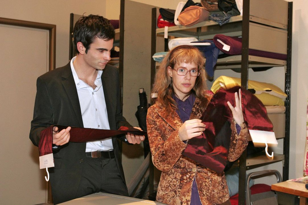 Zusammen mit Lisa (Alexandra Neldel, r.) vergleicht David (Mathis Künzler, l.) die Stoffproben hinsichtlich ihrer Qualität. (Dieses Foto von Alexand... - Bildquelle: Noreen Flynn Sat.1
