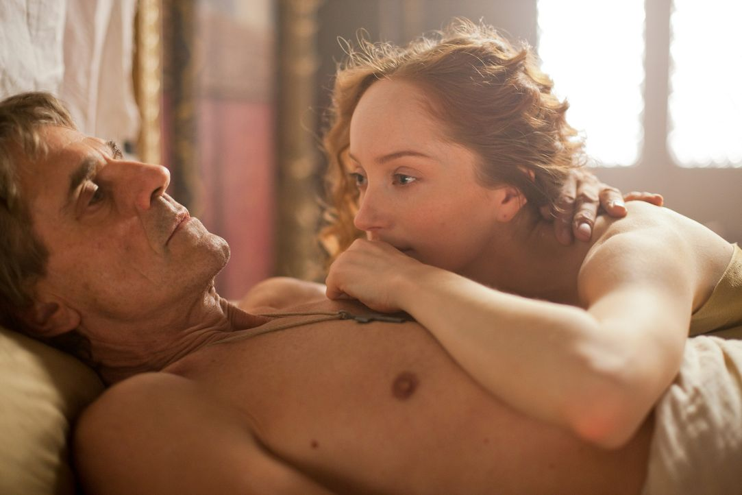 Durch das Verhältnis mit dem Papst (Jeremy Irons, v.) ergeben sich für Giulia Farnese (Lotte Verbeek, h.) viele neue Chancen ... - Bildquelle: Jonathan Hession LB Television Productions Limited/Borgias Productions Inc./Borg Films kft/ An Ireland/Canada/Hungary Co-Production. All Rights Reserved.