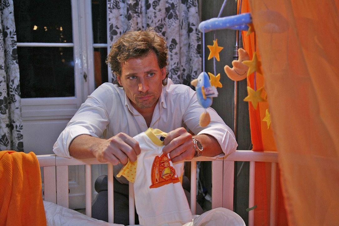 Traurig sitzt Alex (René Steinke) an Fannys leerem Kinderbettchen. Die Kleine fehlt ihm so sehr ... - Bildquelle: Mosch Sat.1