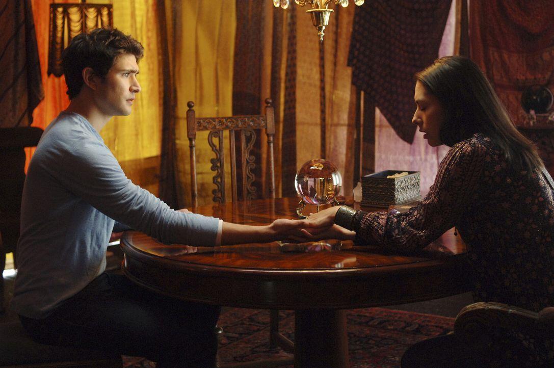 Ein Besuch bei einer Hellseherin (Carmen Moore, r.) wird für Klye (Matt Dallas, l.) zum Alptraum ... - Bildquelle: TOUCHSTONE TELEVISION