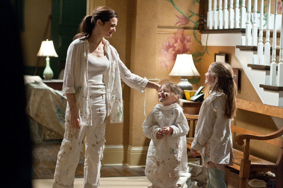 Nachdem die beiden Schwestern Dee Dee (Claire Geare, M.) und Trish (Taylor Geare, r.) ungewöhnliche Gestalten wahrnehmen, beginnt sich auch Libby (R... - Bildquelle: 2011 Universal Studios