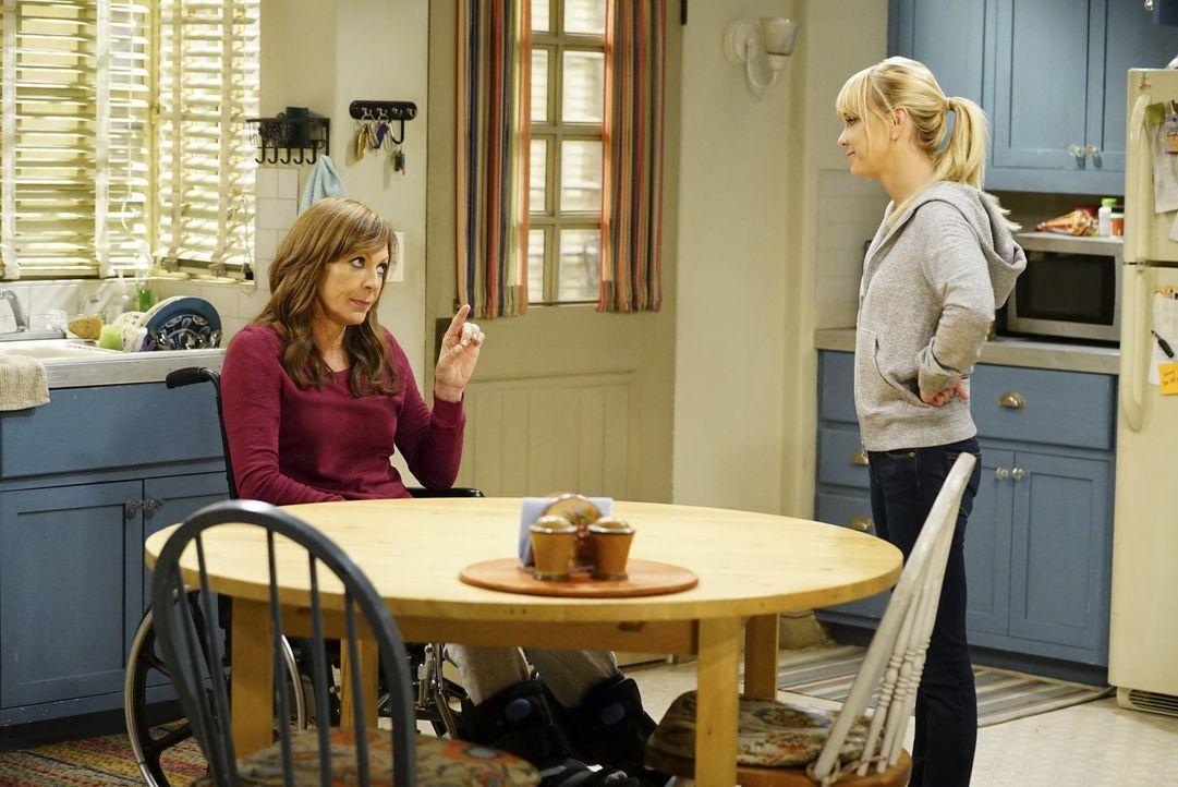 Als Christy (Anna Faris, r.) Bonnies (Allison Janney, l.) Aufgaben erledigen muss, weil diese wegen einer Verletzung im Rollstuhl sitzt, sieht Chris... - Bildquelle: 2017 Warner Bros.