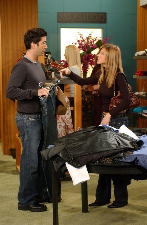 Für sein Date mit Joan braucht Ross (David Schwimmer, l.) neue Klamotten. Gemeinsam mit Rachel (Jennifer Aniston, r.) macht er sich auf den Weg ... - Bildquelle: 2003 Warner Brothers International Television