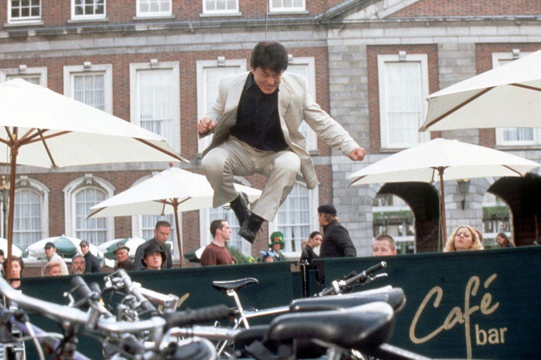 Unglaubliche Dinge geschehen: Mit Hilfe eines Medaillons erwacht Eddie Yang (Jackie Chan) nach einem tödlichen Unfall als unsterblicher Superheld! - Bildquelle: 2004 Sony Pictures Television International. All Rights Reserved.