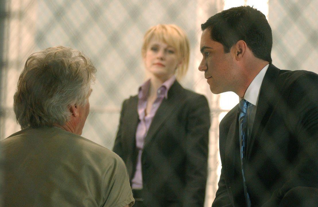 Det. Lilly Rush (Kathryn Morris, M.) und ihr Kollege Det. Scott Valens (Danny Pino, r.) woollen verhindern, dass der Serienmörder Roy Anthony (Barr... - Bildquelle: Warner Bros. Television
