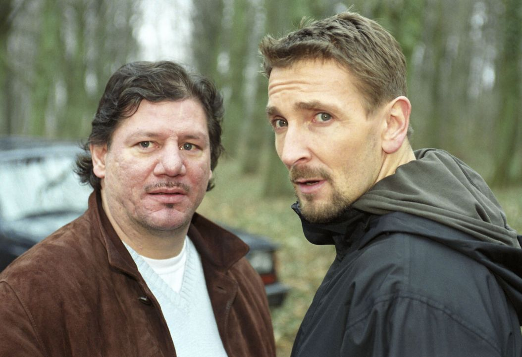 Novak (Mark Keller, r.) wird misstrauisch von Ziegler (Claude-Oliver Rudolph, l.) beobachtet. - Bildquelle: Volker Roloff Sat.1