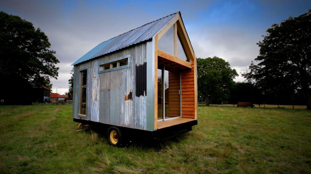 Ein junges Paar hat einen radikalen Plan: Sie beiden wollen ein Haus aus Schrott bauen, das sie nicht einen Cent kostet. - Bildquelle: Plum Pictures Limited MMXV